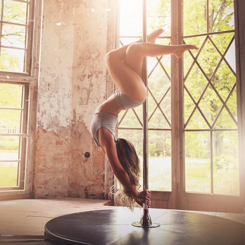 Vereine Geist und Körper durch Pole Dance